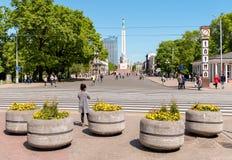 Ajuste con el monumento de la libertad situado en la capital de Riga Foto de archivo