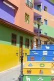 Ajuste con la estatua y las fachadas coloridas, Guatape de los pescados de plata Fotos de archivo libres de regalías