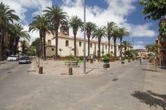 Ajuste con la fuente cerca de la iglesia de la Inmaculada Concepci?n en la ciudad de Laguna del La en la isla de Tenerife foto de archivo