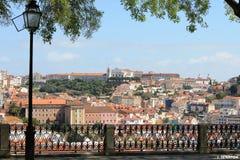 Ajuste con la opinión panorámica sobre Lisboa, Portugal Imagen de archivo libre de regalías
