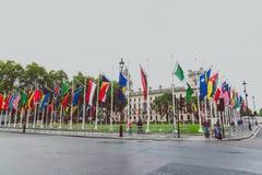 Ajuste con las banderas fuera de Big Ben y de la Westminster Imagen de archivo