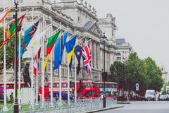 Ajuste con las banderas fuera de Big Ben y de la Westminster Foto de archivo libre de regalías