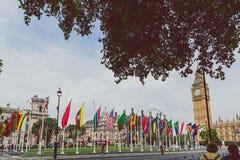 Ajuste con las banderas fuera de Big Ben y de la Westminster Fotos de archivo libres de regalías