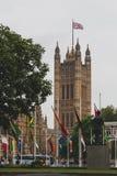 Ajuste con las banderas fuera de Big Ben y de la Westminster Foto de archivo