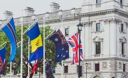 Ajuste con las banderas fuera de Big Ben y de la Westminster Imagen de archivo libre de regalías