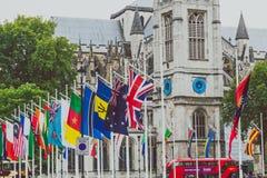 Ajuste con las banderas fuera de Big Ben y de la Westminster Imágenes de archivo libres de regalías
