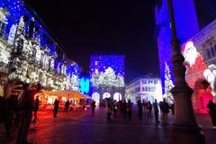 Ajuste con las luces, las imágenes y la gente de la Navidad Fotografía de archivo libre de regalías