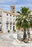 Ajuste con una palmera y la iglesia en la ciudad de Castro del Rio, provincia del rdoba del ³ de CÃ, España imagen de archivo