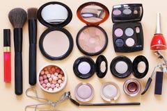 Ajuste cosméticos - escovas da composição, sombra para os olhos, pó, batom fotos de stock
