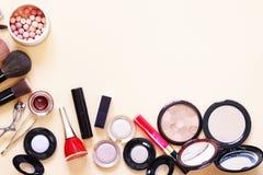 Ajuste cosméticos - escovas da composição, sombra para os olhos, pó, batom fotos de stock royalty free