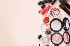 Ajuste cosméticos - escovas da composição, sombra para os olhos, pó, batom imagens de stock