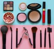 Ajuste cosméticos para a composição - escovas e sombras para os olhos, batom imagens de stock