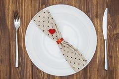 Ajuste, cuchillo, bifurcación, servilleta y placa de la cena del día de tarjeta del día de San Valentín Imagen de archivo libre de regalías