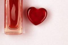 Ajuste da garrafa e do coração do parfume como um símbolo do presente com amor foto de stock royalty free