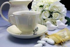 Ajuste da mesa de jantar do café da manhã do casamento com o copo de café fino da porcelana e o jarro de leite - horizontais. Fotografia de Stock Royalty Free