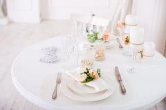 Ajuste da mesa de jantar no estilo de Provence, com velas, alfazema, louça do vintage e cutelaria, close up Foto de Stock Royalty Free