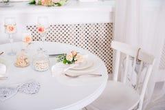 Ajuste da mesa de jantar no estilo de Provence, com velas, alfazema, louça do vintage e cutelaria, close up Imagem de Stock