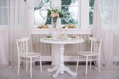 Ajuste da mesa de jantar no estilo de Provence, com velas, alfazema, louça do vintage e cutelaria, close up Fotografia de Stock Royalty Free