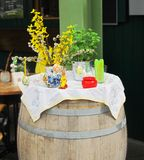 Ajuste da Páscoa: coelho, ovos, vela e plantas em uns vasos Imagem de Stock Royalty Free