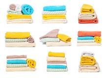 Ajuste da pilha de toalhas isoladas no fundo isolado branco imagem de stock