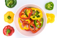 Ajuste da pimenta de sino amarela e vermelha verde cortada foto de stock royalty free