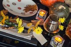 Ajuste da tabela com a decoração do outono para a ação de graças Fotografia de Stock Royalty Free