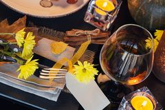 Ajuste da tabela com a decoração do outono para a ação de graças Fotografia de Stock