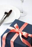 Ajuste da tabela com presente festivo Fotos de Stock Royalty Free
