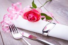 Ajuste da tabela com uma única rosa do rosa Fotografia de Stock