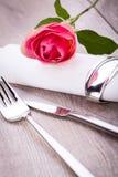 Ajuste da tabela com uma única rosa do rosa Fotografia de Stock Royalty Free