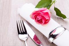 Ajuste da tabela com uma única rosa do rosa Fotos de Stock Royalty Free