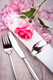 Ajuste da tabela com uma única rosa do rosa Imagens de Stock Royalty Free
