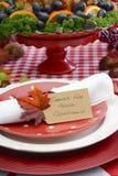 Ajuste da tabela da ação de graças com assado Turquia em Backgr branco vermelho Imagem de Stock Royalty Free
