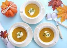 Ajuste da tabela da ação de graças com sopa da abóbora Fotografia de Stock Royalty Free