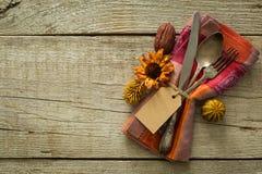 Ajuste da tabela da ação de graças no fundo de madeira rústico Foto de Stock