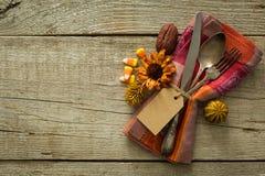 Ajuste da tabela da ação de graças no fundo de madeira rústico Fotos de Stock