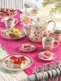 Ajuste da tabela da festa de anos do chá alto com alimento imagens de stock