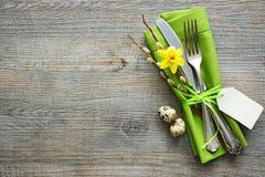 Ajuste da tabela da Páscoa com narciso amarelo e cutelaria Imagem de Stock