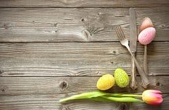 Ajuste da tabela da Páscoa com tulipas e cutelaria da mola imagens de stock