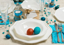 Ajuste da tabela da Páscoa da decoração em tons azuis fotos de stock