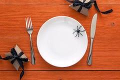 Ajuste da tabela de Dia das Bruxas com cutelaria, caixas de presente e decorativo Imagem de Stock Royalty Free