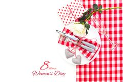 Ajuste da tabela de jantar com o cartão da mensagem do dia do ` s da mulher Imagem de Stock Royalty Free
