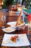 Ajuste da tabela de jantar do restaurante do recurso luxuoso com assado e foto de stock royalty free