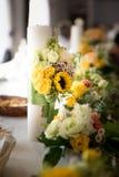 Ajuste da tabela do arranjo de flor do casamento Fotos de Stock