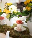 Ajuste da tabela do arranjo de flor do casamento Fotografia de Stock
