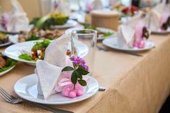 Ajuste da tabela do casamento para o jantar fino ou um outro evento abastecido imagens de stock royalty free