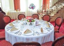Ajuste da tabela do casamento A tabela ajustou-se para um partido ou um copo de água do evento Ajuste elegante da tabela no resta Imagens de Stock Royalty Free