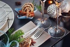 Ajuste da tabela do inverno com decoração do Natal Foto de Stock