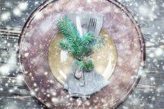 Ajuste da tabela do Natal com as decorações festivas no backg de madeira Fotografia de Stock