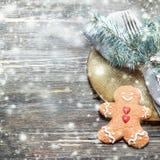 Ajuste da tabela do Natal com as decorações festivas no backg de madeira Imagens de Stock